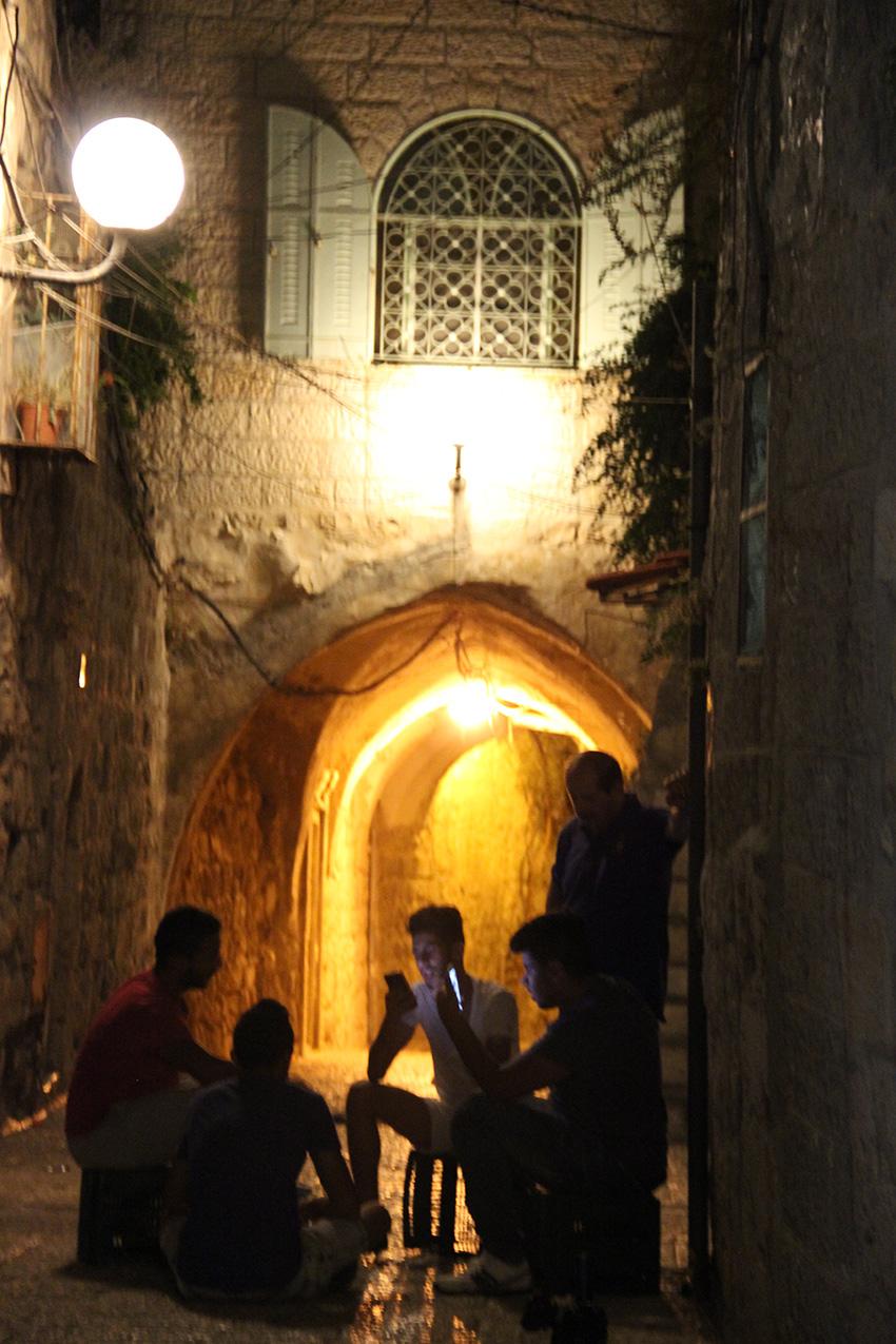 Ragazzi in una via della Città Vecchia di Gerusalemme