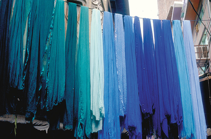 Sciarpe stese ad asciugare al Thamel, quartiere centrale di Kathmandu