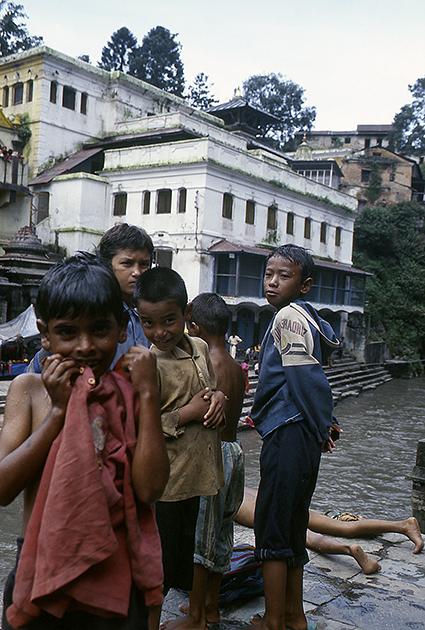 Bambini sulle sponde del fiume Bagmati presso il tempio di Pashupatinath