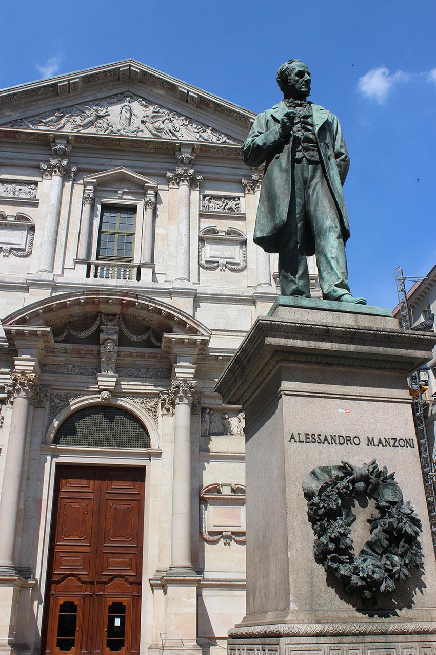 Milano Chiesa San Fedele e statua Manzoni