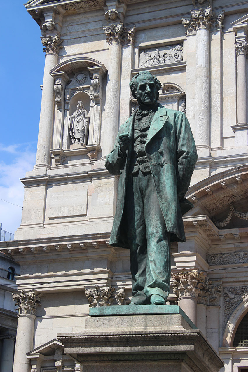Milano - Piazza San Fedele - Statua del Manzoni
