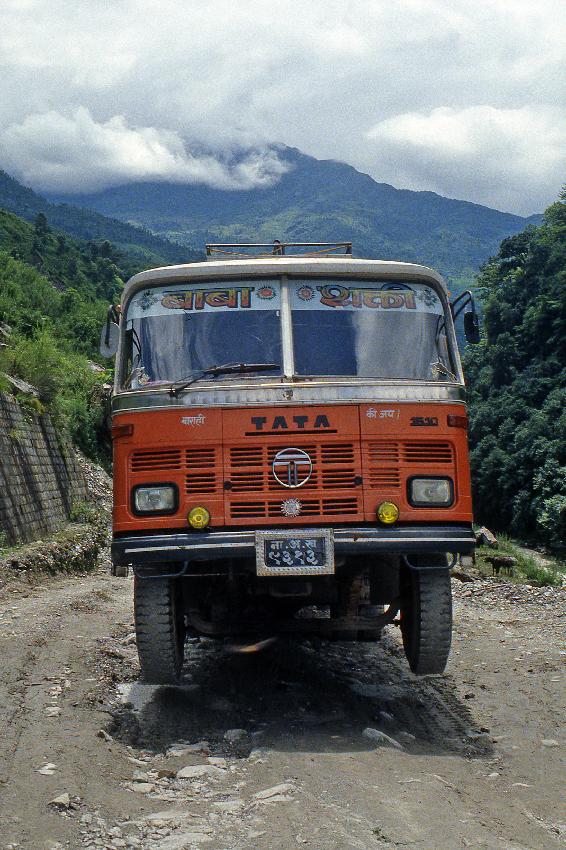 Camion di fabbricazione indiana impennato in una buca: difficile uscirne