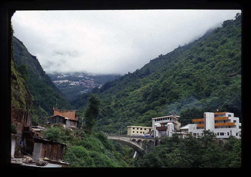 Il ponte dell'amicizia sul confine tra Kodari (Nepal) e Zanghmou (Tibet-Cina)