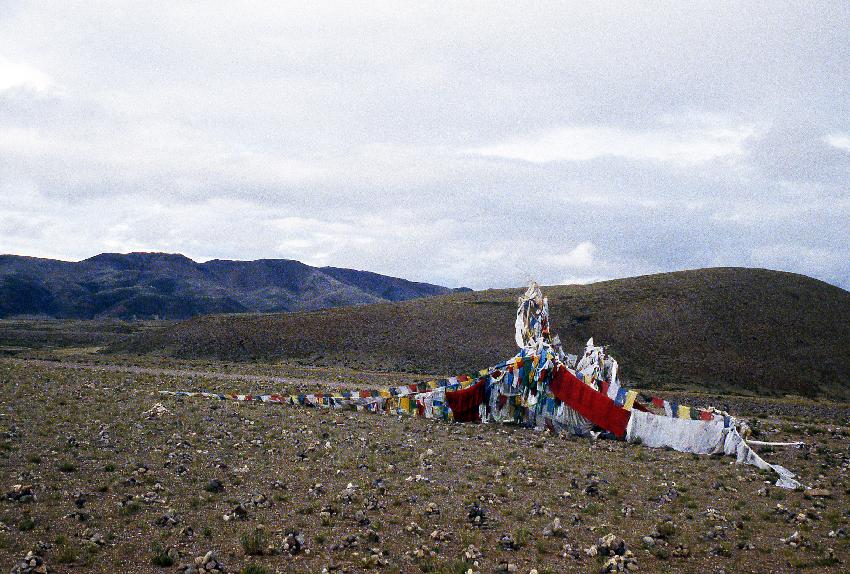 Bandiere di preghiera al passo diNyalam sulla pista che porta a Darchen