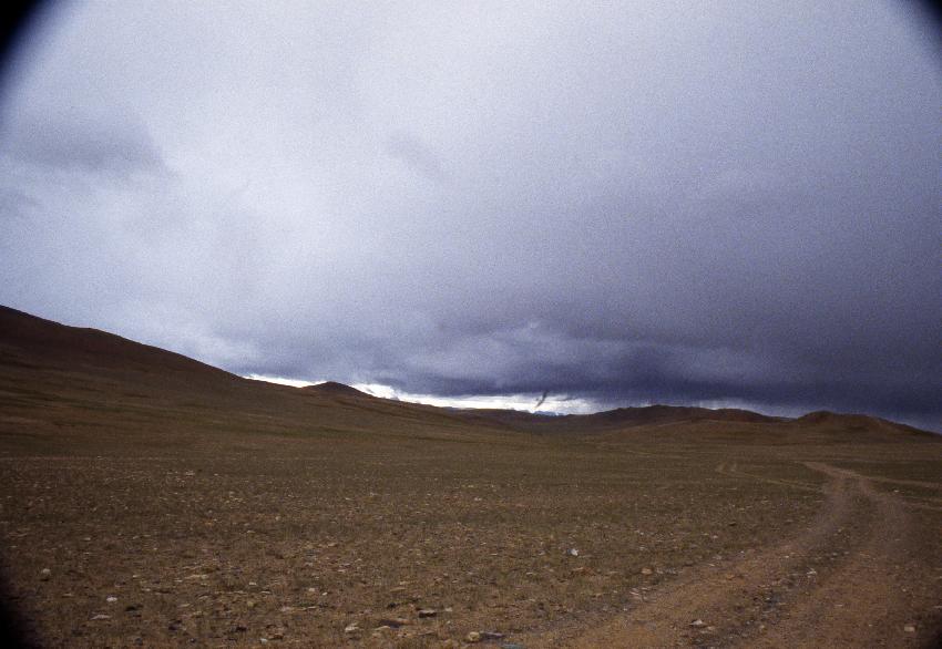 Cielo minaccioso sulla pista che porta verso Darchen
