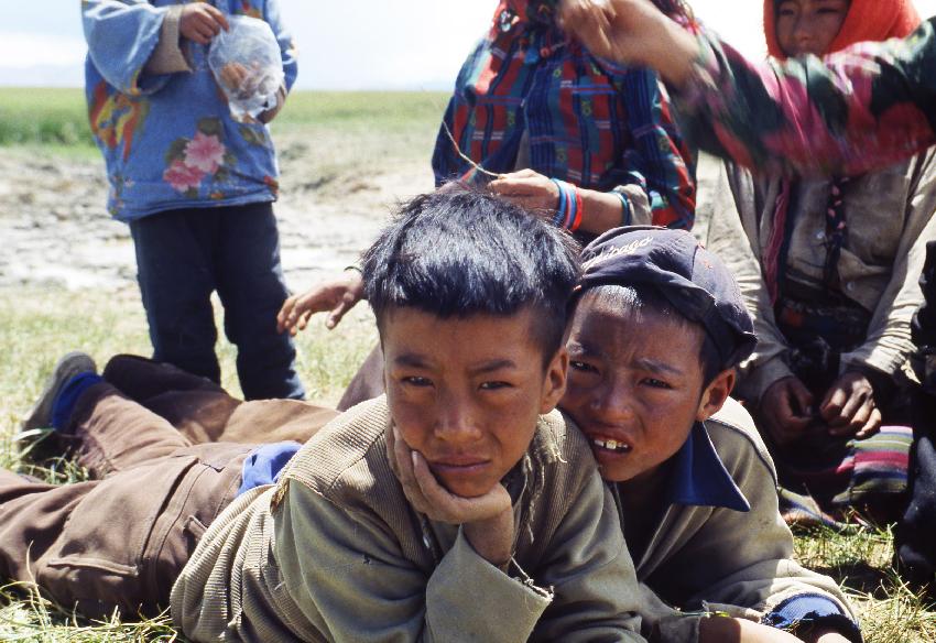 Lo sguardo indagatore di due giovani tibetani