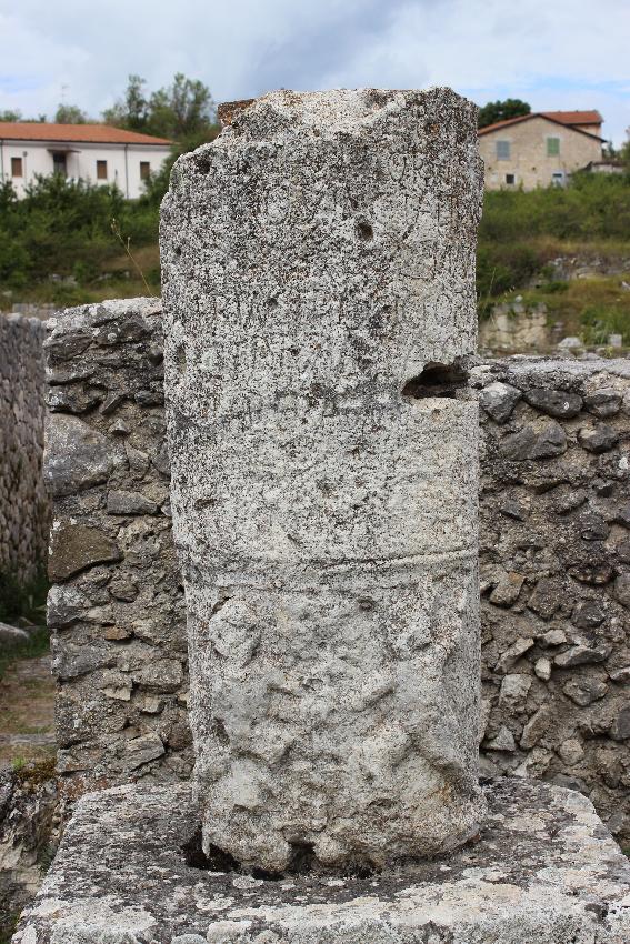 Alba Fucens, il miliario, la colonna che indica la distanza  - 68 miglia romane - da Roma