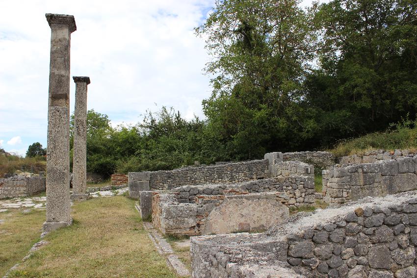 Alba Fucens, lungo la via dei Pilastri i resti delle botteghe (tabernae)