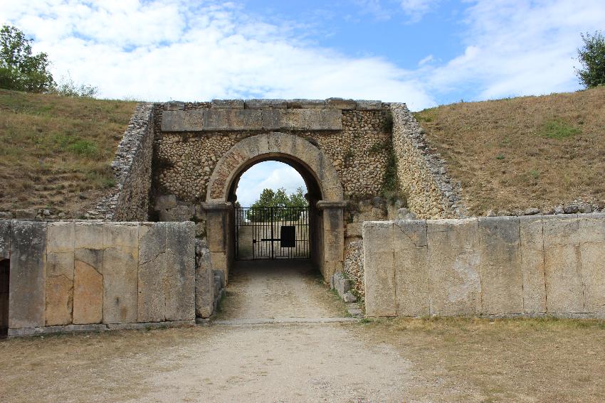 Alba Fucens, una delle due porte d'ingresso dell'anfiteatro