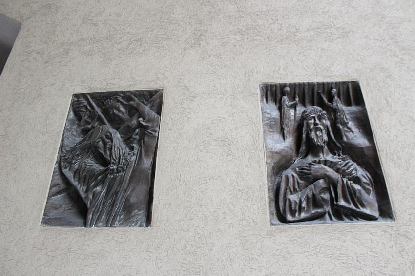 Chiesa di Santa Barbara, due bronzi della Via Crucis di Pericle Fazzini