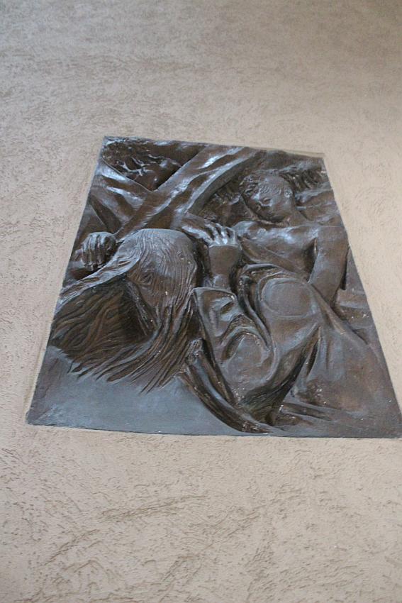 Chiesa Santa Barbara,  un pannello in bronzo della Via Crucis di Pericle Fazzini