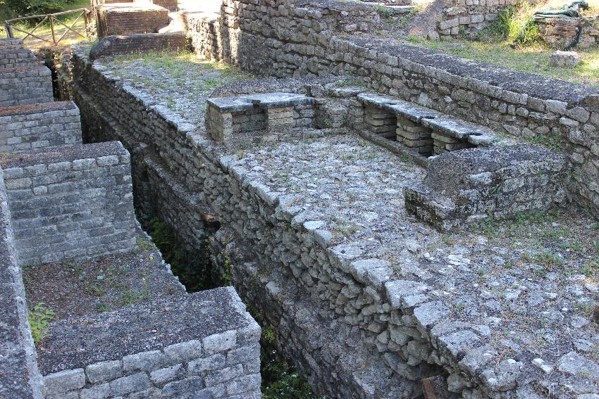 Licenza, villa di Orazio, resti delle terme
