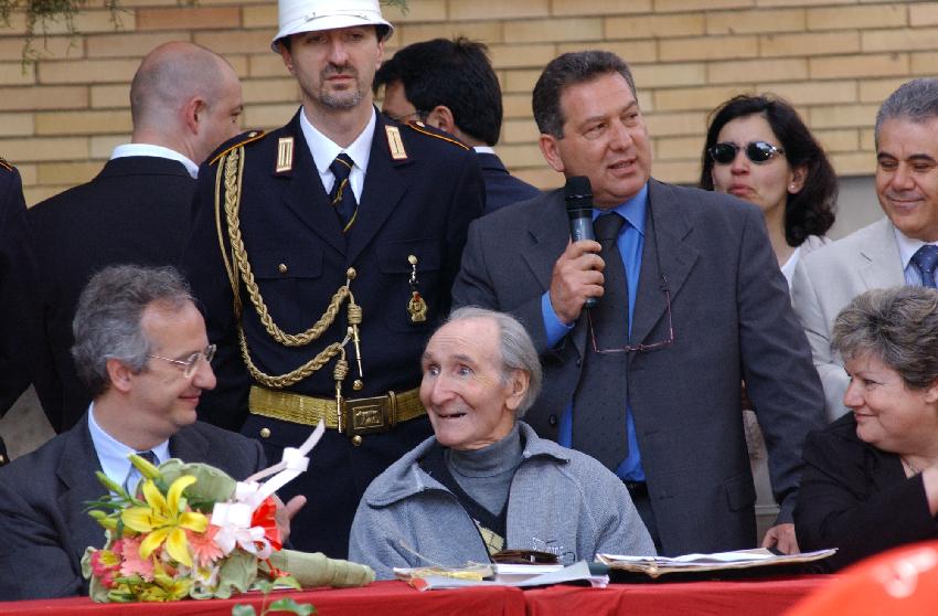 Pietralata giugno 2005, Albino Bernardini accanto a Valter Veltroni durante la cerimonia per l'intitolazione a Giorgio Perlasca della scuola dove aveva insegnato nel 1960