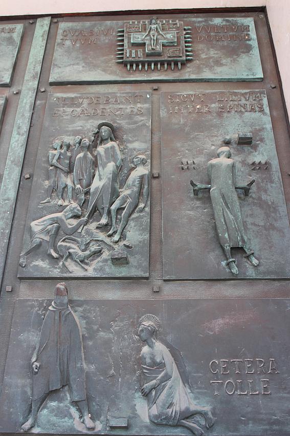 Santa Barbara - porta dell'ingresso centrale - particolare
