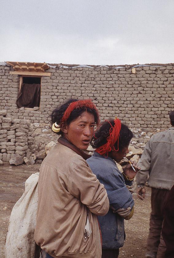 Lavoratori tibetani al rientro dopo una dura giornata una sigaretta e-poi il meritato riposo