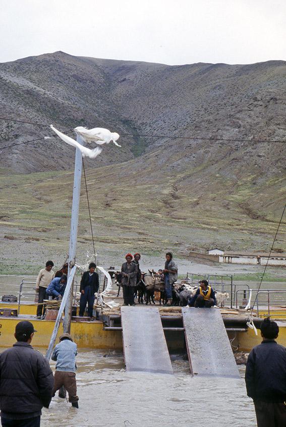Traghetto per persone ed animali lungo la pista per Darchen