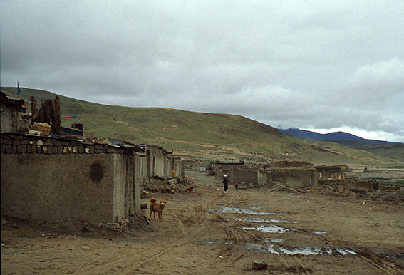 Villaggio tibetano sulla strada per Darchen