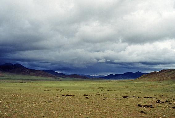 Uno sguardo verso il meridione occidentale tra le nubi del monsone respira l'Himalaya