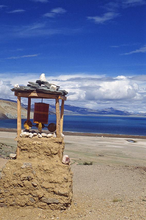 Ruota di preghiera presso il lago Manasarovar