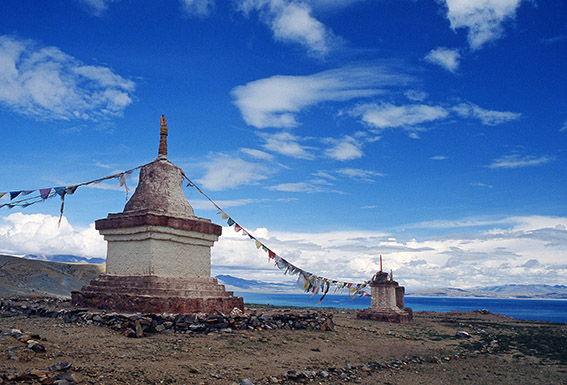 Un chorten e, sullo sfondo, il lagoManasarovar