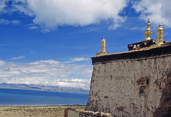 Un piccolo monastero nei pressi de lago Manasarovar