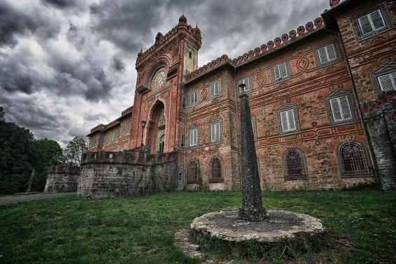 castello di Sammezzano facciata principale con torre dell'orologio