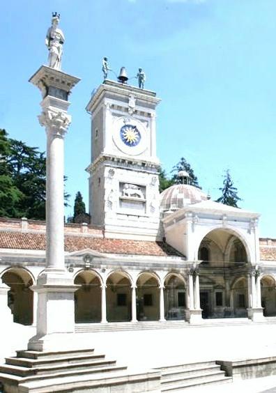 La torre dell'orologio a Udine