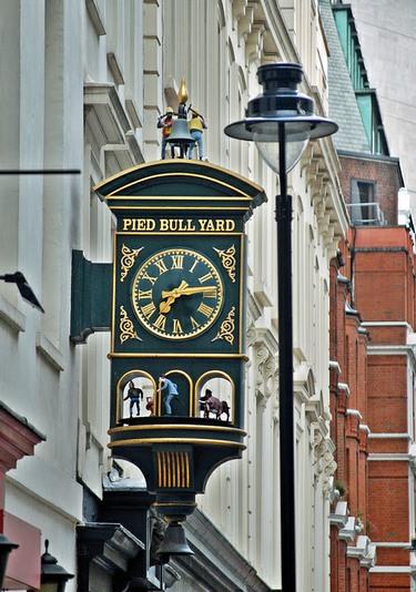 Pied Bull Yard Clock a Londra