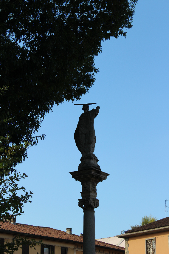 Sant'Eustorgio - La statua di San Pietro Martire nella piazza
