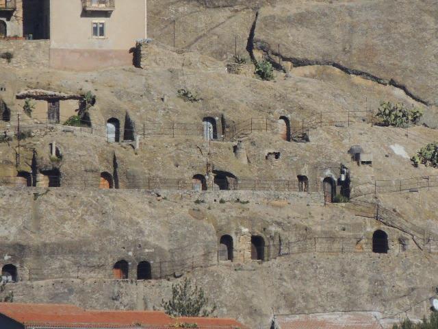 Foto 10 - Fila di grotte scavate sulle pendici sud del castelloDSCN3890