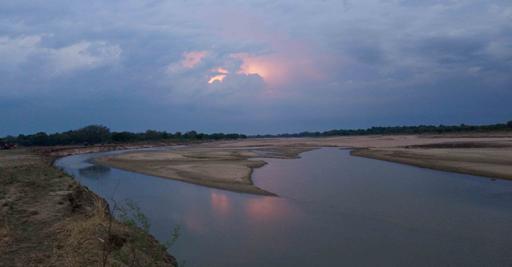 Corso d'acqua in Zambia, al tramonto