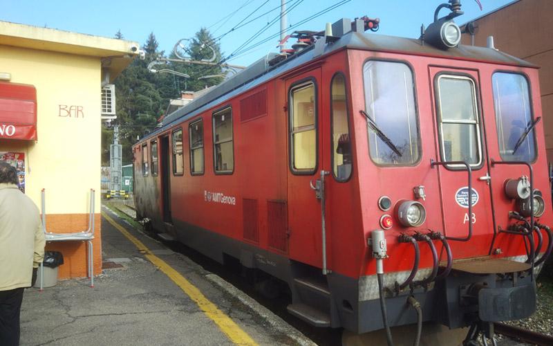 Locomotore Genova-Casella fermo all'ultima fermata